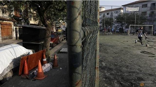 Xác chết bị bỏ mặc trên đường tại ổ dịch lớn thứ 2 thế giới - 1