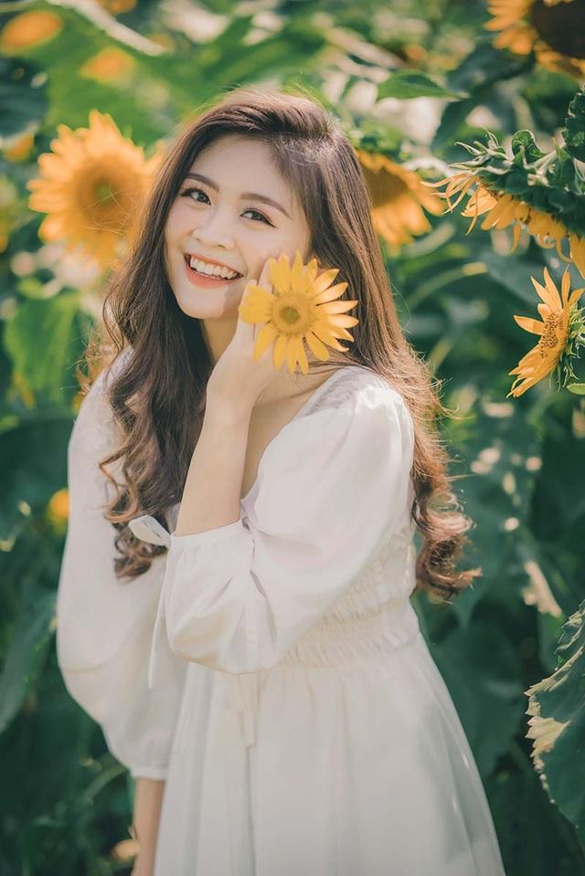 Cựu nữ sinh Ngoại thương khoe sắc bên hoa hướng dương - 1