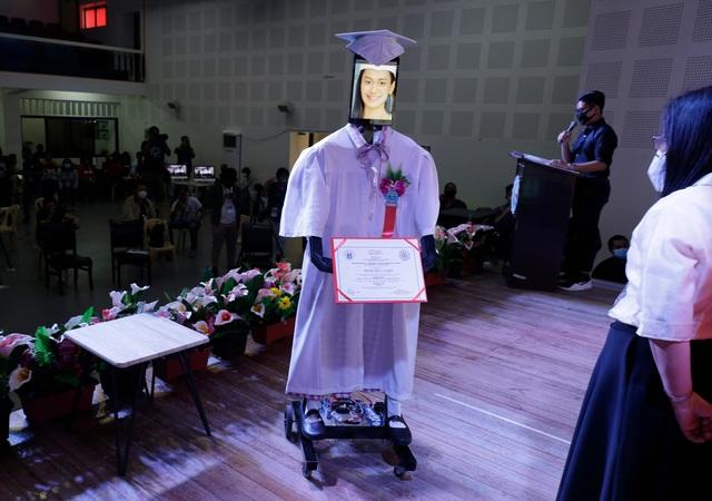 Lễ trao bằng tốt nghiệp kỳ lạ trong mùa dịch corona - 1