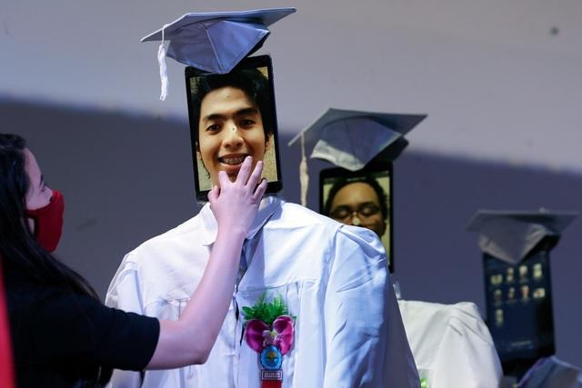 Lễ trao bằng tốt nghiệp kỳ lạ trong mùa dịch corona - 2