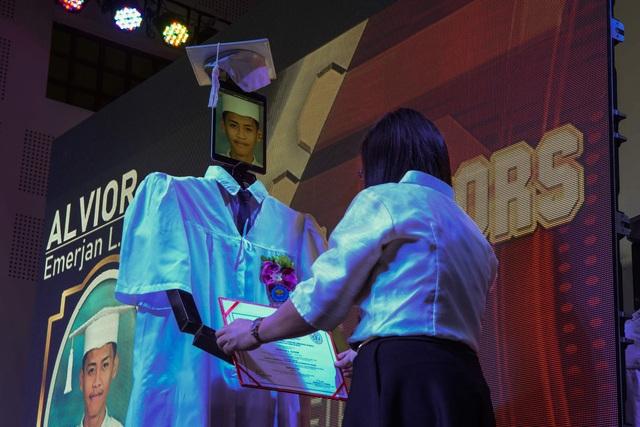 Lễ trao bằng tốt nghiệp kỳ lạ trong mùa dịch corona - 3