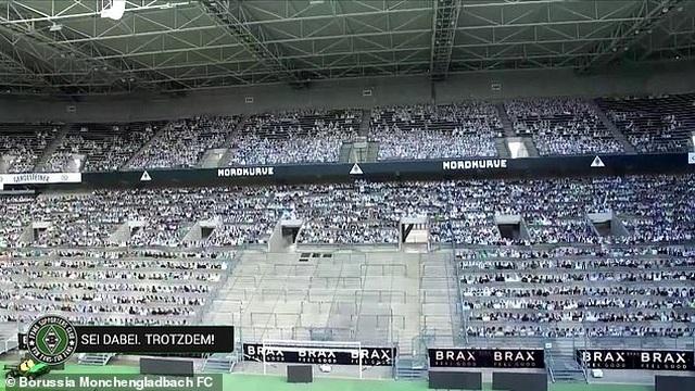 Monchengladbach gây sốc khi phủ kín sân bằng 13.000 ảnh cổ động viên - 2