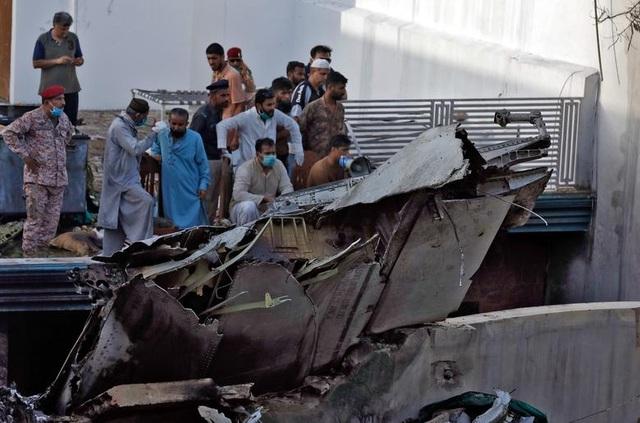 """Khoảnh khắc máy bay Pakistan chở 99 người nổ như """"cầu lửa"""" - 3"""
