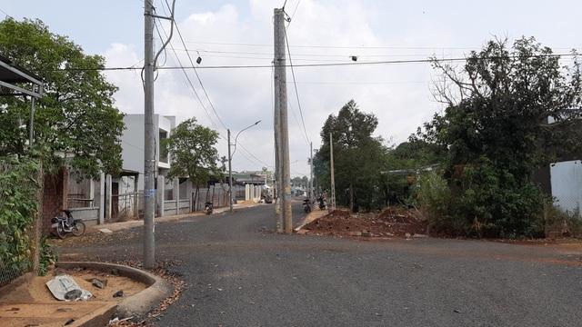 Kỳ lạ hàng chục cột điện, cột đèn nằm chình ình trên đường tại Gia Lai - 2