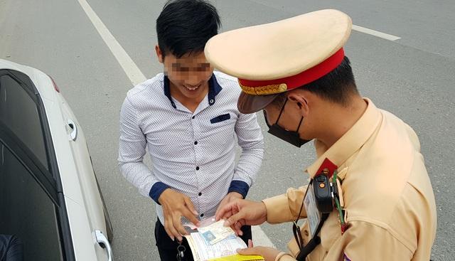 Hà Nội: Bị thu xe vì uống 1 lon bia rồi đi… đổ xăng - 10