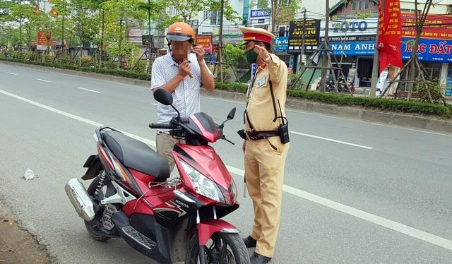 Hà Nội: Bị thu xe vì uống 1 lon bia rồi đi… đổ xăng - 1