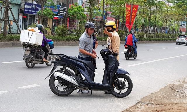 Hà Nội: Bị thu xe vì uống 1 lon bia rồi đi… đổ xăng - 7