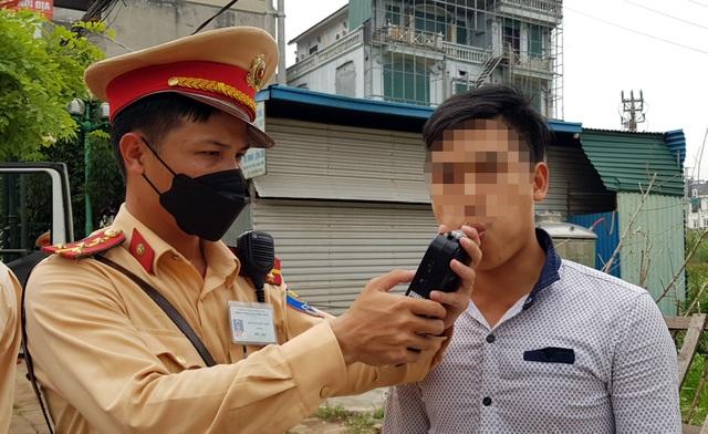 Hà Nội: Bị thu xe vì uống 1 lon bia rồi đi… đổ xăng - 5