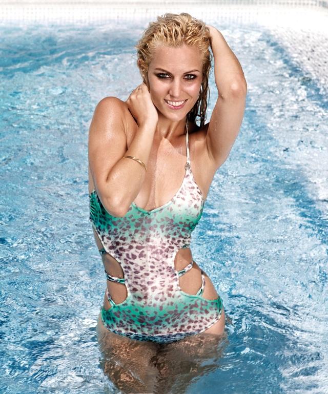 """Bạn gái De Gea """"giải nhiệt"""" với loạt ảnh thả dáng tại hồ bơi - 1"""