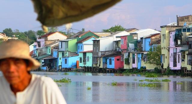 Đi thuyền trên sông ngắm phố cổ Bao Vinh đầy màu sắc - 12