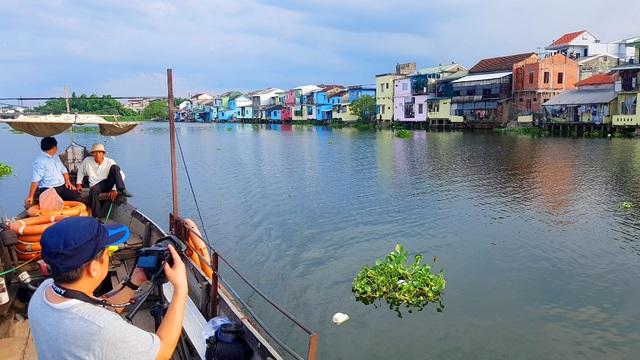 Đi thuyền trên sông ngắm phố cổ Bao Vinh đầy màu sắc - 11