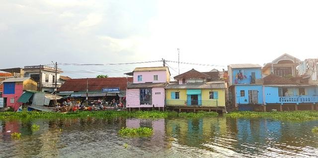 Đi thuyền trên sông ngắm phố cổ Bao Vinh đầy màu sắc - 4