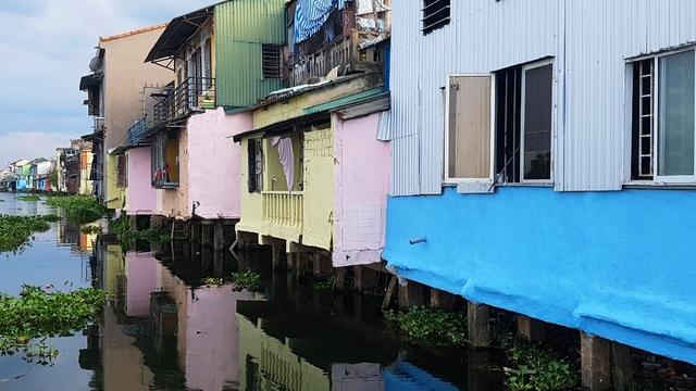 Đi thuyền trên sông ngắm phố cổ Bao Vinh đầy màu sắc - 17