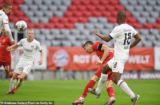 Hạ Frankfurt, Bayern Munich tiếp tục giữ vững ngôi đầu bảng - 3