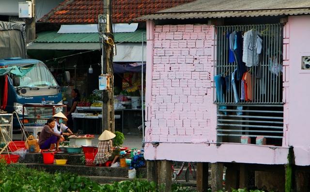 Đi thuyền trên sông ngắm phố cổ Bao Vinh đầy màu sắc - 7