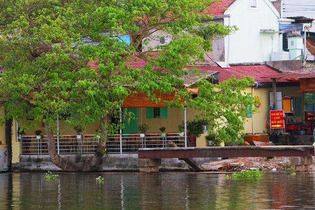 Đi thuyền trên sông ngắm phố cổ Bao Vinh đầy màu sắc - 15