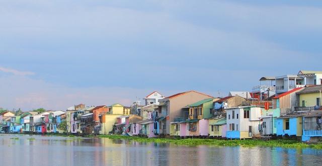 Đi thuyền trên sông ngắm phố cổ Bao Vinh đầy màu sắc - 19