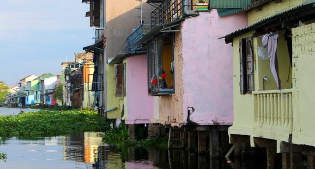 Đi thuyền trên sông ngắm phố cổ Bao Vinh đầy màu sắc - 5