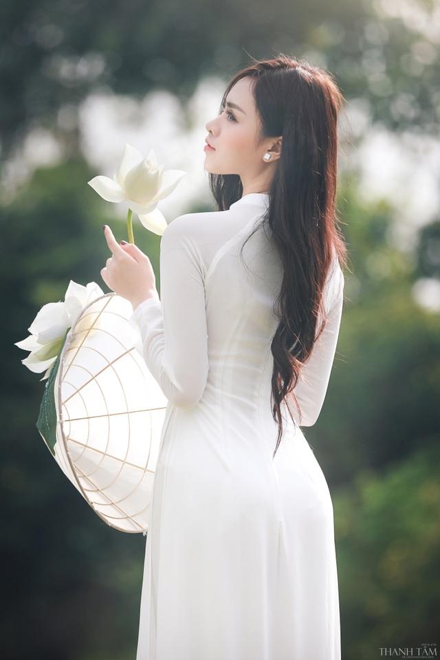 Nữ sinh trường Báo gợi cảm hút hồn bên hoa sen trắng - 9