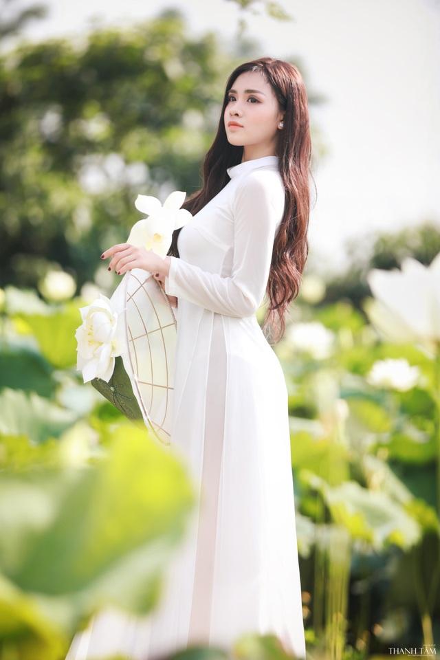 Nữ sinh trường Báo gợi cảm hút hồn bên hoa sen trắng - 8