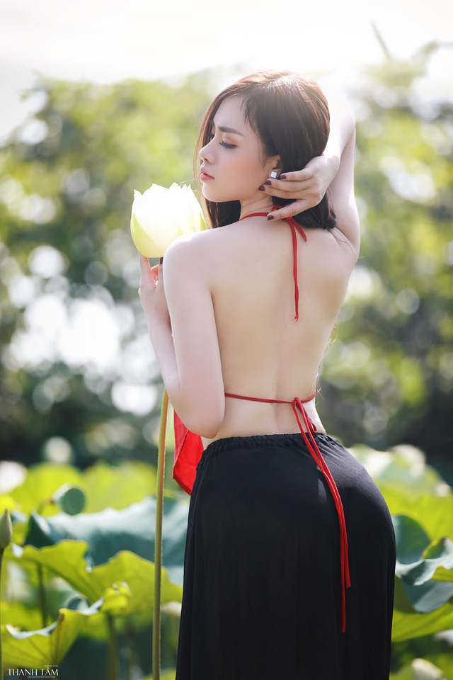 Nữ sinh trường Báo gợi cảm hút hồn bên hoa sen trắng - 3