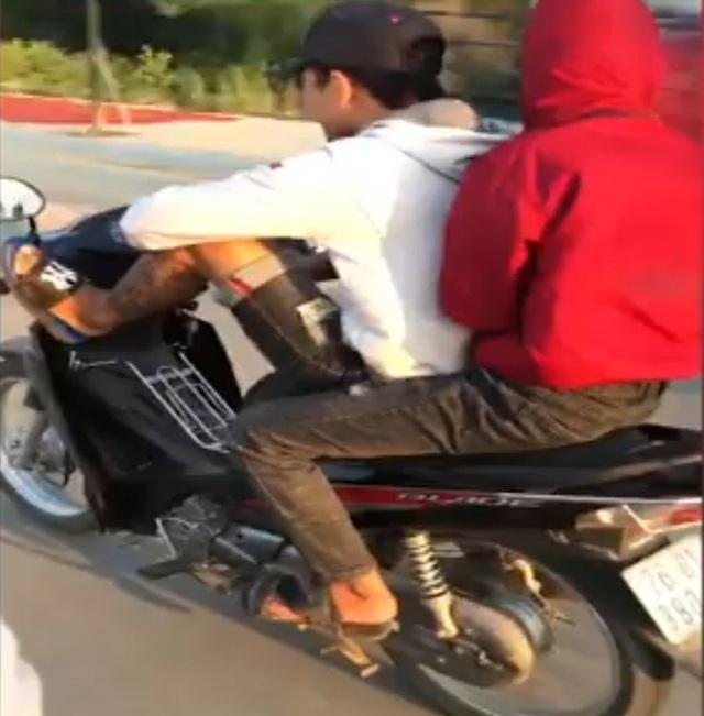 Dùng chân điều khiển xe máy, nam thanh niên bị phạt 8,5 triệu đồng - 1