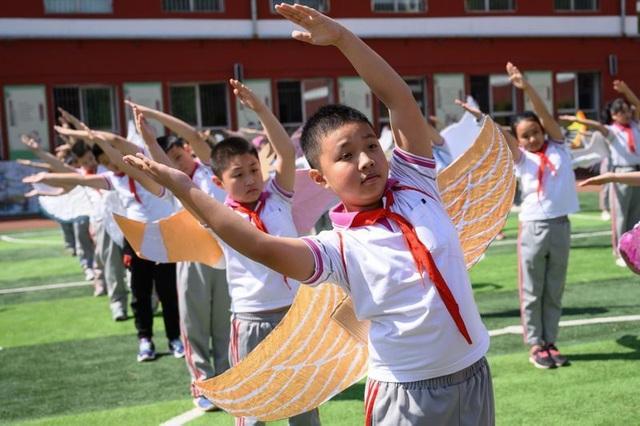 Học sinh Trung Quốc đeo đôi cánh để phòng ngừa Covid-19 - 1