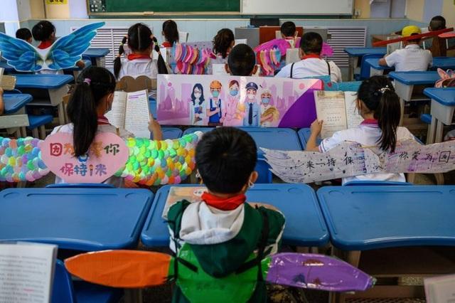 Học sinh Trung Quốc đeo đôi cánh để phòng ngừa Covid-19 - 2