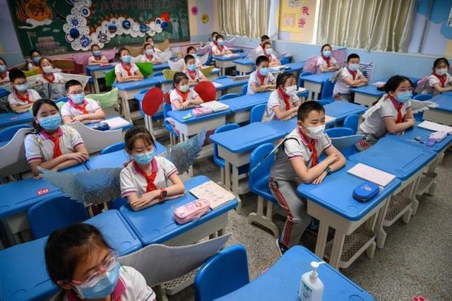 Học sinh Trung Quốc đeo đôi cánh để phòng ngừa Covid-19 - 3