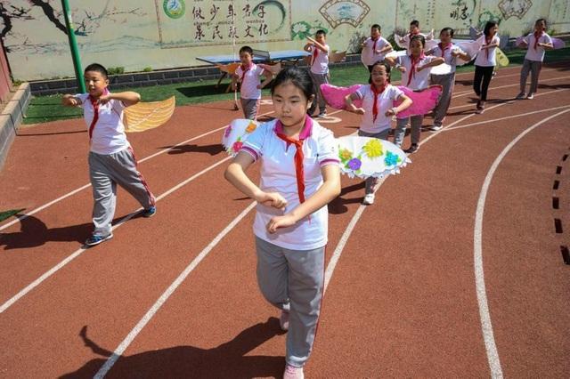Học sinh Trung Quốc đeo đôi cánh để phòng ngừa Covid-19 - 4
