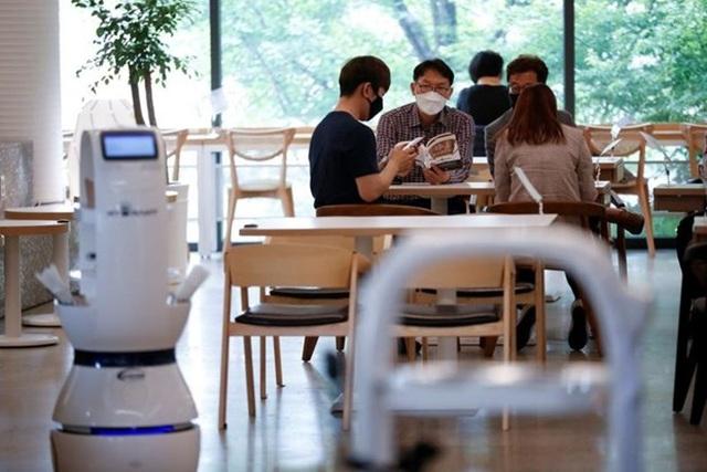 Quán càphê Hàn Quốc thuê robot để đảm bảo giãn cách xã hội - 1