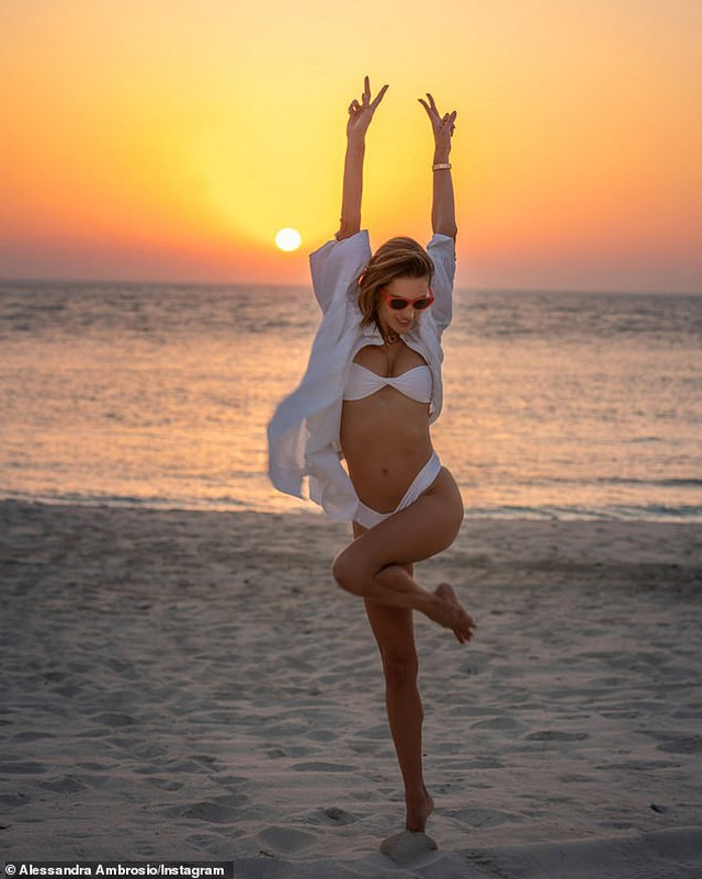 Cận kề tuổi 40, siêu mẫu Alessandra Ambrosio vẫn đẹp gợi cảm - 1