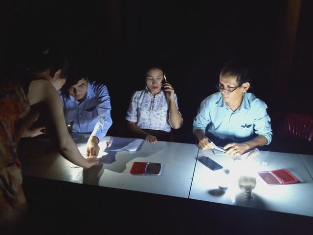 Thừa Thiên Huế: Cán bộ xã làm việc ban đêm phục vụ chi gói 62.000 tỷ đồng - 1