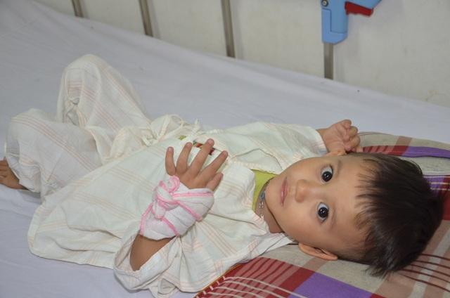 Nhói lòng ánh mắt khao khát sống của cậu bé 3 tuổi bị dày vò trong bệnh tật - 5