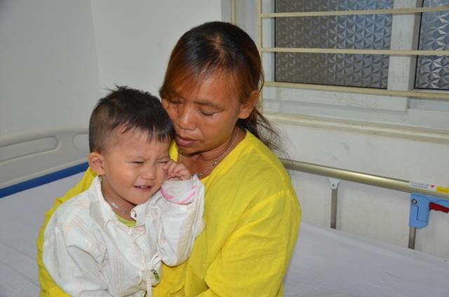 Nhói lòng ánh mắt khao khát sống của cậu bé 3 tuổi bị dày vò trong bệnh tật - 2