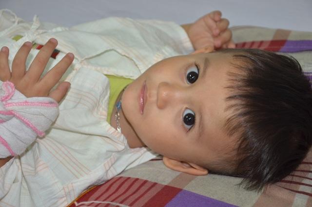 Nhói lòng ánh mắt khao khát sống của cậu bé 3 tuổi bị dày vò trong bệnh tật - 3