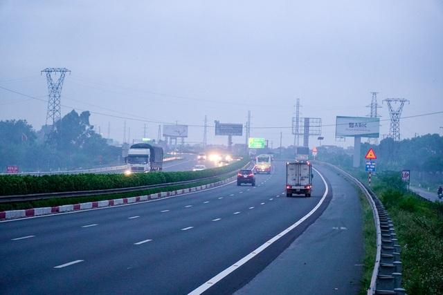 Khói mù mịt trên cao tốc Hà Nội - Ninh Bình - 4