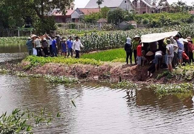 Hai cháu bé 2 tuổi chết đuối thương tâm dưới sông cạnh nhà - 1