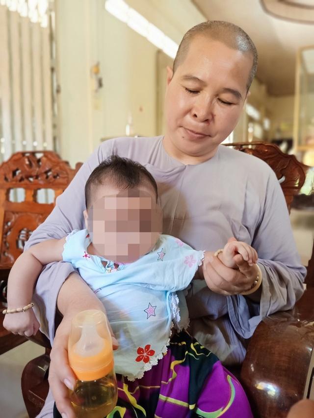 Bé gái 3 tháng tuổi bị bỏ trước cổng chùa, nhờ sư cô nuôi dưỡng - 2