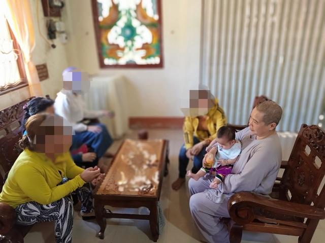 Bé gái 3 tháng tuổi bị bỏ trước cổng chùa, nhờ sư cô nuôi dưỡng - 4