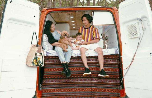 Mê xê dịch, cặp vợ chồng trẻ mua ô tô làm thành nhà di động - 2