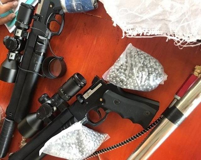 Dừng xe vi phạm, cảnh sát phát hiện 2 khẩu súng, 3.000 viên đạn chì - 1