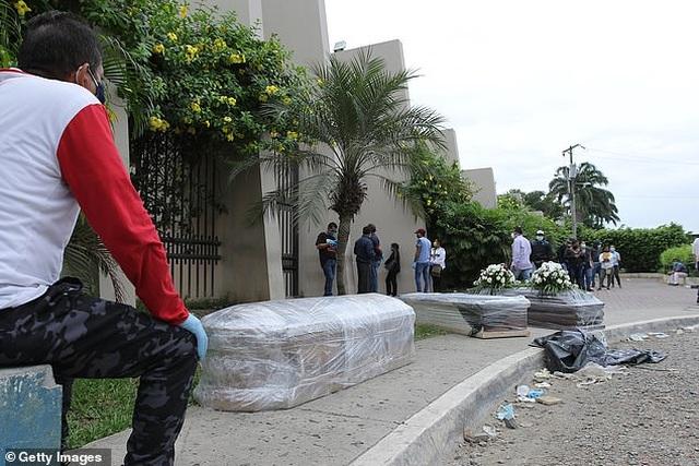 Mòn mỏi bới xác tìm thi thể người thân tại ổ dịch Vũ Hán ở Nam Mỹ - 6