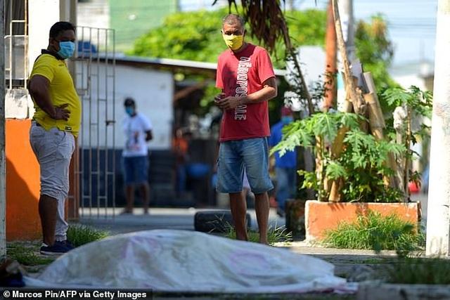 Mòn mỏi bới xác tìm thi thể người thân tại ổ dịch Vũ Hán ở Nam Mỹ - 4