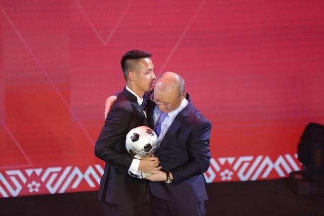 Thầy Park khuyên nhường Quả bóng vàng, Quang Hải đáp lại khéo léo - 2
