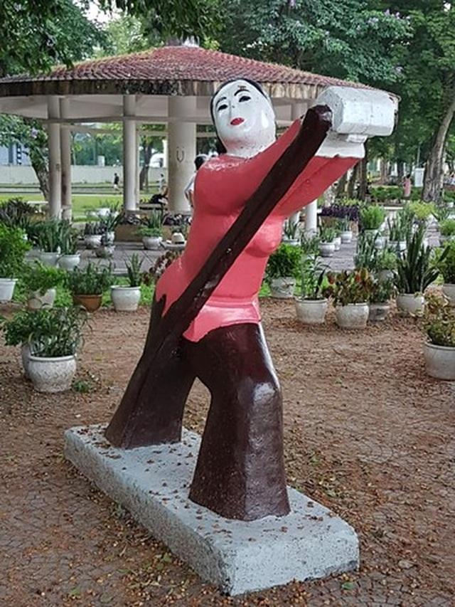Bị phản ứng dữ dội, tượng ở Công viên Thống Nhất lại đổi màu sơn - 2