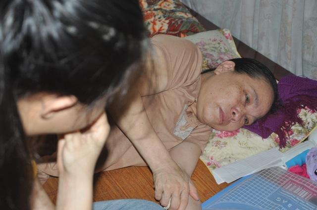 Thương cô học trò nhỏ bị bố bỏ rơi, một mình cơ cực chăm mẹ ung thư - 1