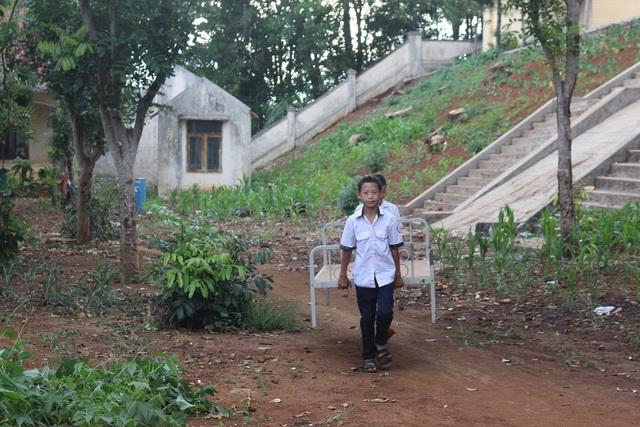 Thầy cô lặn lội vượt đường rừng để vận động học sinh đi học trở lại - 7