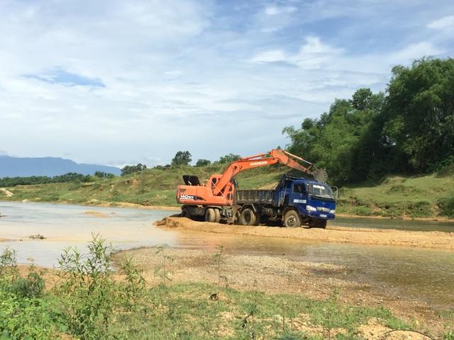 Ngang nhiên chặn sông Ngàn Sâu hút cát trái phép tại Hà Tĩnh - 3