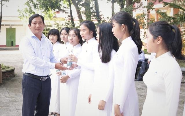 ĐH Kiên Giang tặng hơn 1.000 chai thủy tinh đựng nước cho học sinh Phú Quốc - 1